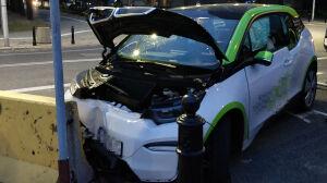 Auto elektryczne uderzyło w betonową zaporę, w środku nietrzeźwi 14-latkowie