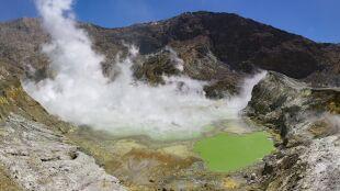 """""""To było jak kaszlnięcie"""". Wybuch wyspy-wulkanu w Nowej Zelandii"""
