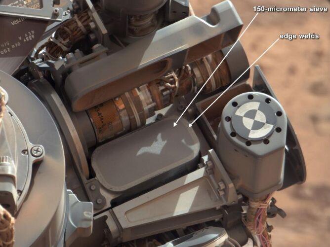 Specjalne sitko oddzieli skalne cząstki o średnicy 0,015 cm (NASA/JPL-Caltech/MSSS )