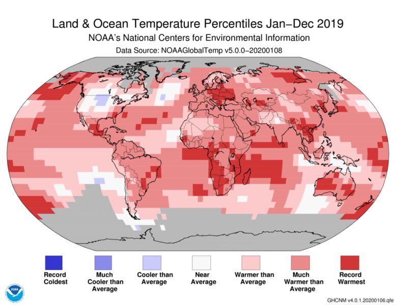 Odchylenie od średniej temperatury lądów i oceanów w 2019 roku (NOAA)
