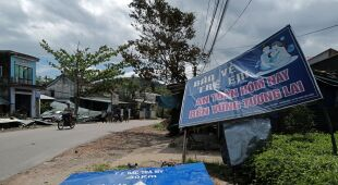 Zniszczenia po przejściu tajfunu Molave (PAP/EPA/STR)